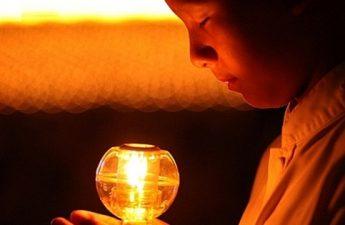 Trộm dầu trên bàn Phật chịu quả báo mù hai mắt