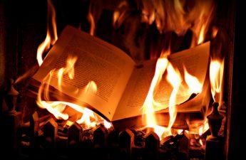 Nhờ tiêu hủy sách vở nguy hại hưởng phước phú quý
