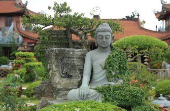 Tượng Đức Phật trong khuân viên